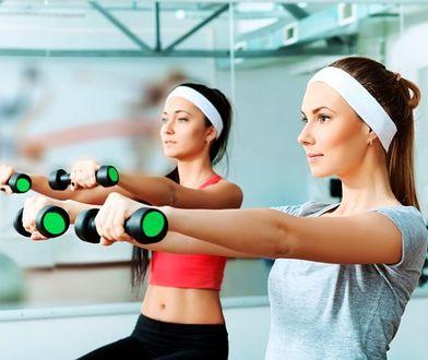 Ćwiczenia na ramiona angażują do pracy bicepsy i tricepsy.