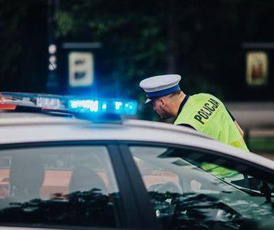Popchnął kobietę pod samochód. Policja szuka świadków