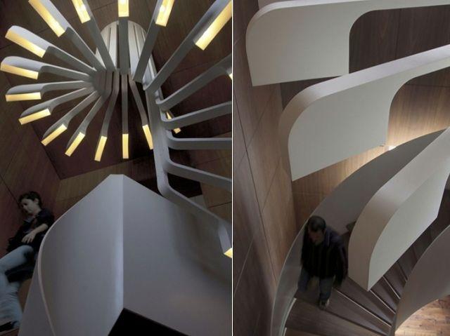 Spiral Staircase Lighting - kręty żyrandol nad krętymi schodami