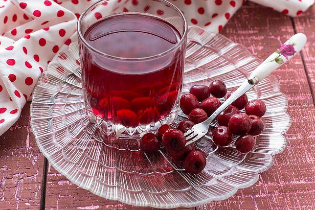 Kompot to napój, który pił każdy z nas. Gotowany z jabłek, śliwek czy słodkich truskawek był stałym elementem niedzielnych obiadów. Przepisy na kompot