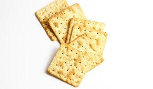 Słone krakersy to bardzo popularna przekąska pasująca zwłaszcza do piwa i koreczków z serem