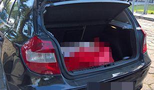 Nietypowy pakunek w bagażniku BMW