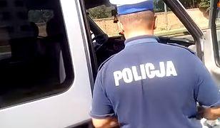 Autor filmu zakrył twarzy policjanta, z którym rozmawiał.