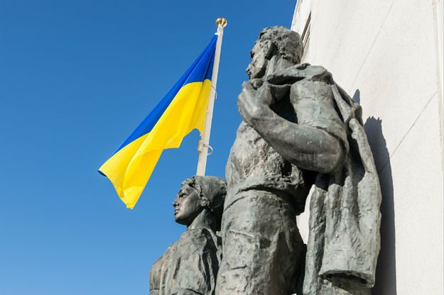 Flaga przed budynkiem ukraińskiej Rady Najwyższej