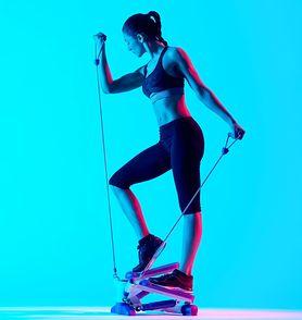 Stepper - rodzaje, zasady ćwiczeń, efekty, stepper skrętny
