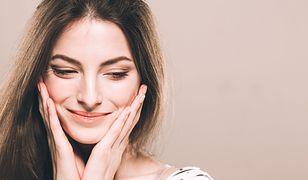 Dzięki kremowi nawilżającemu skóra twarzy jest rozświetlona, ale nie błyszcząca