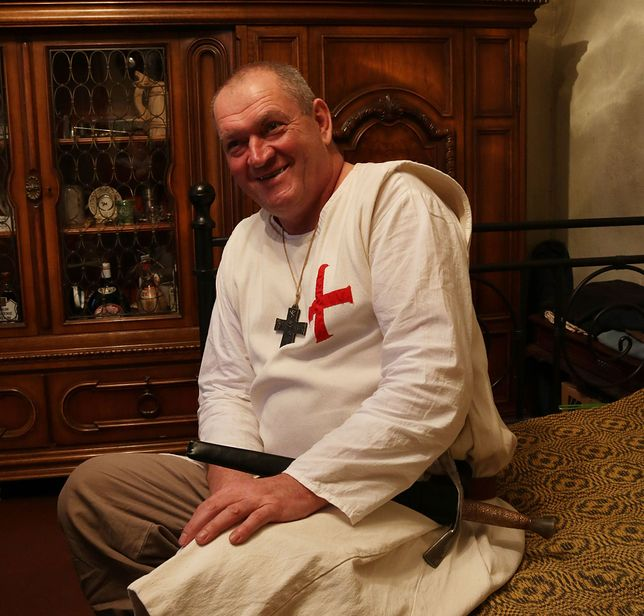 Piotr Żurawicz w stroju templariusza opowiada o swojej pasiece.