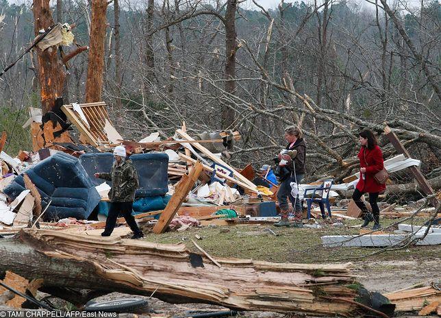 Tornado w USA - 23 ofiary tornado, które w niedzielę 3 marca nawiedziło Alabamę.