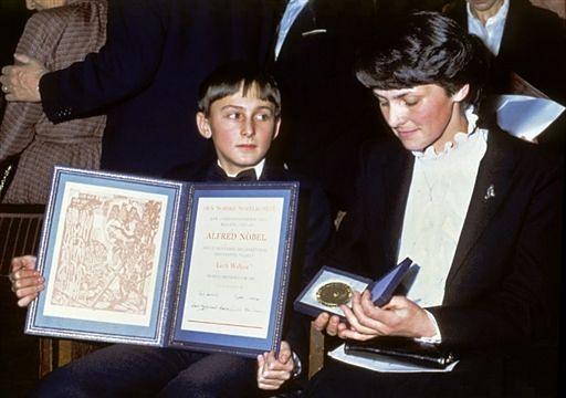 10 grudnia 1983 roku w Oslo Danuta Wałęsa w imieniu męża odebrała przyznaną mu Pokojową Nagrodę Nobla. Towarzyszył jej 13-letni syn Bogdan. Wałęsie władze PRL odmówiły wydania paszportu