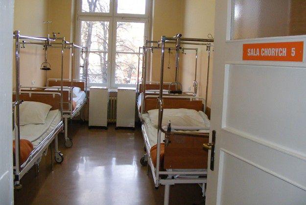Łóżka w szpitalu puste, ale na operację endoprotezy czeka się tu 6 lat. Ma być jeszcze dłużej