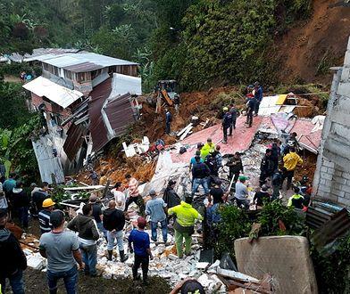 Lawina błotna stoczyła się z góry niszcząc domy i zabijając ludzi.
