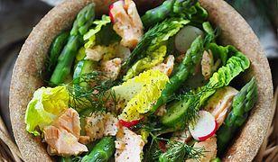 Sałatka ze szparagami i łososiem. Prosty przepis idealny na wiosnę