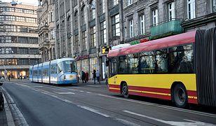 Naklejki antyaborcyjne z ostrzem we Wrocławiu. Można się zranić