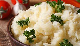 Jeśli chcemy, by puree miało wspaniały ziołowy aromat, warto dodać 2-3 obrane ząbki czosnku oraz świeże zioła.