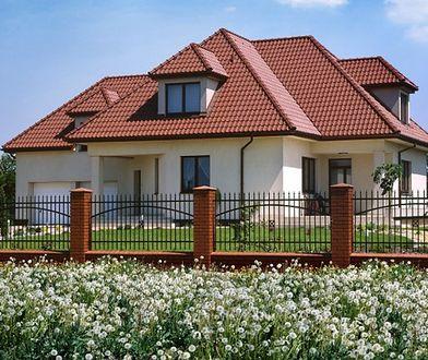Ogrodzenie domu - pełne czy ażurowe? Jakie ogrodzenie pasuje na twoją działkę