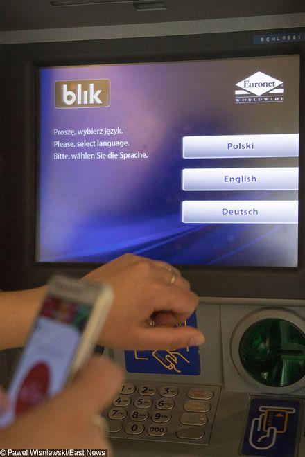 Oszustwo na Blika. Przestępcy wypłacają pieniądze z bankomatów