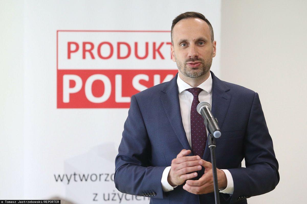 Janusz Kowalski - poseł Solidarnej Polski - domaga usunięcia niemieckich nazw na stacjach kolejowych