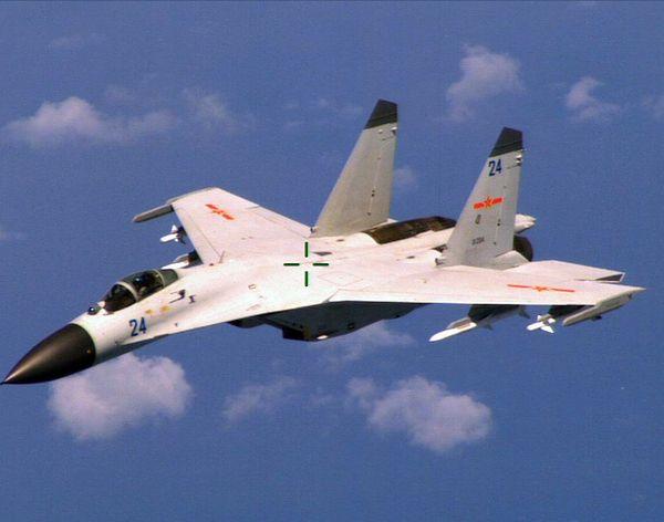 Chiński myśliwiec sfotografowany przez załogę amerykańskiego samolotu