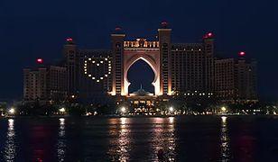 Dubaj jest położony na południowym wybrzeżu Zatoki Perskiej. Jest największym miastem w Zjednoczonych Emiratach Arabskich