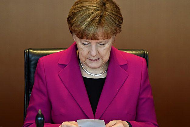 Prezydent Joachim Gauck i kanclerz Angela Merkel gratulują Andrzejowi Dudzie