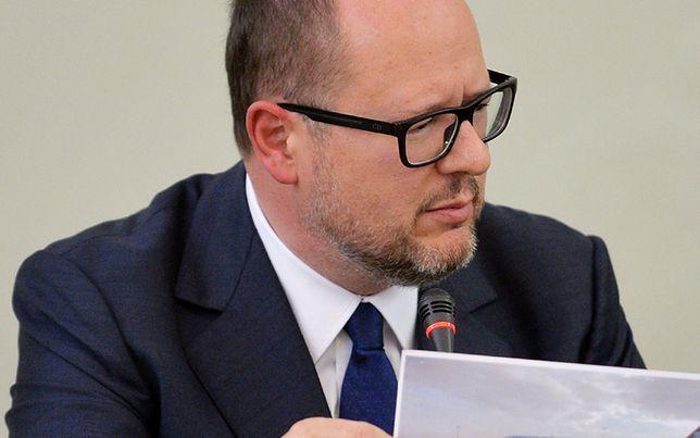 """Adamowicz pokazuje zdjęcia. """"To prezes reżimowej telewizji"""""""