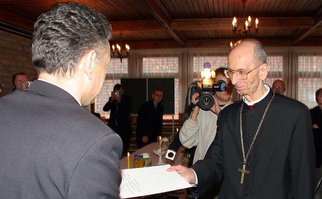 Bp Jan Bagiński otrzymuje od prezesa IPN Janusza Kurtyki zaświadczenie o nadaniu statusu pokrzywdzonego, 28 lutego 2007 r.