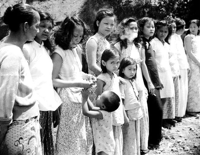 Chinki i Malajki, z których japońska armia zrobiła seksualne niewolnice - ianfu. Fotografia wykonana na Andamanach, po wyzwoleniu archipelagu przez wojska alianckie w 1945 r.