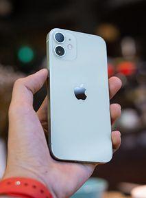 """iPhone 12 mini: Opinie recenzentów były świetne. Jednak """"mini"""" to niewypał"""