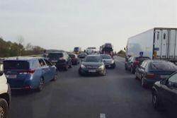 """Bandyckie zachowanie na drodze. Kierowcy blokują """"korytarz ratunkowy"""" na A4."""