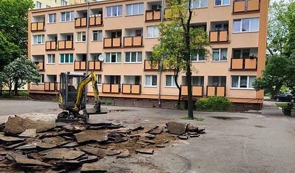 Tak kiedyś - przed rewolucją - wyglądały blokowiskowe podwórka na Bielanach.