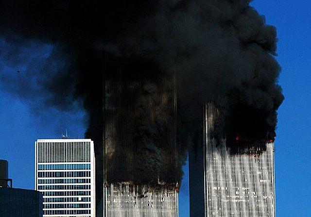 Płonące wieże WTC. 10 wstrząsających zdjęć z tamtego dnia