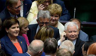 """Tonący brzytwy się chwyta. PO obiecuje, że """"Polacy będą zarabiać w euro tyle, ile dziś zarabiają w złotówkach""""."""