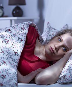 Śpisz na boku z podkurczonymi nogami? Lepiej tego nie rób