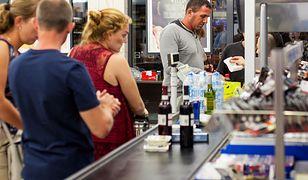 Pracownicy sklepów również mają są chronieni przed pandemią koronawirusa.