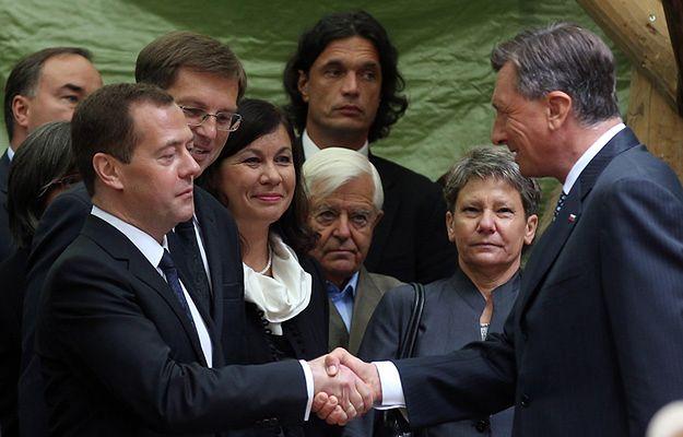 Prezydent Słoweni Borut Pahor i rosyjski premier Dmitrij Miedwiediew podczas uroczystości ku czci rosyjskich jeńców, którzy zginęli 99 lat temu w lawinie koło miejscowości Kranjska Gora