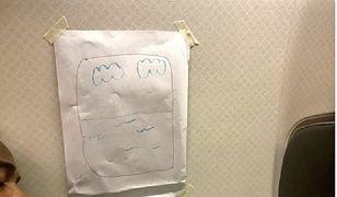 Stewardesa zadrwiła z pasażera i narysowała mu na kartce okno