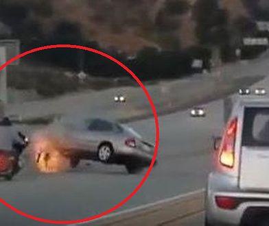 Motocyklista kopnął w auto. W odpowiedzi, kierowca zrobił coś przerażającego
