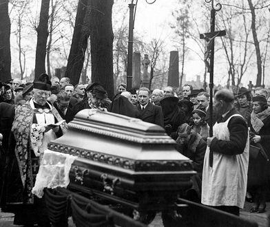 Skandal na pogrzebie słynnego pisarza. Żona nie spodziewała się takiego poniżenia ze strony kochanki
