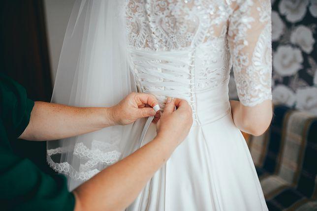 Młoda wdowa co roku pozuje w sukni ślubnej. Tym razem zdjęcie było szczególne