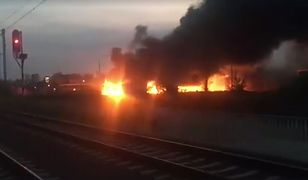 Z pożarem walczy 15 zastępów straży pożarnej