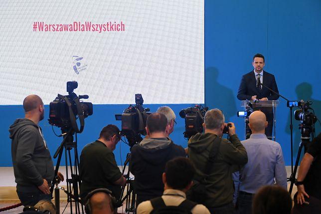 Warszawa. Prezydent stolicy Rafał Trzaskowski na konferencji podsumowującej rok jego rządów