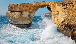 Lazurowe Okno na Malcie nie istnieje. Zobacz więc Łuk Manneporte we Francji i jaskinię Benagil w Portugalii
