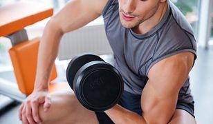 Wiosłowanie hantlami wzmacnia mięśnie pleców i ramion