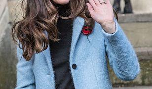 Kate Middleton w niebieskim płaszczu Mulberry