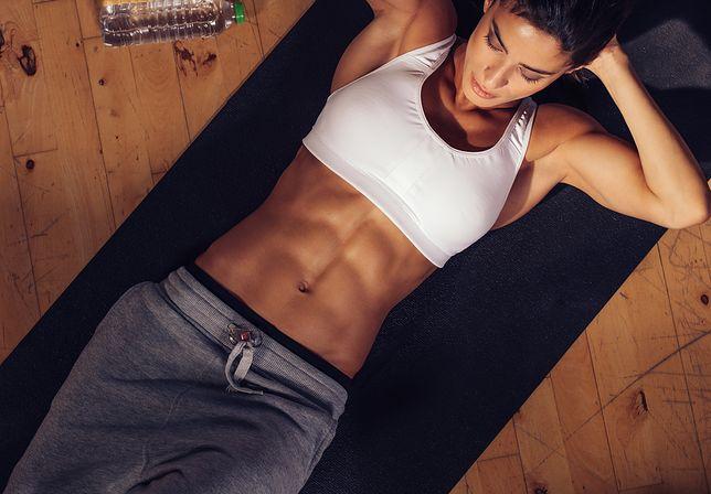 Ćwiczenia na dolne partie brzucha są pomocne w pozbyciu się oponki.