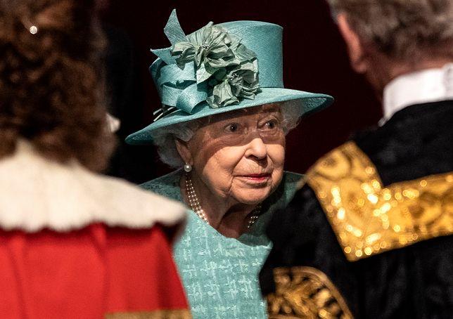 Elżbieta II na otwarciu sesji parlamentu. Porzuciła koronę na rzecz kapelusza