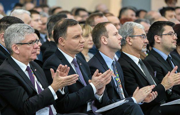 Prezydent Duda słucha wystąpienia wicepremiera Morawieckiego