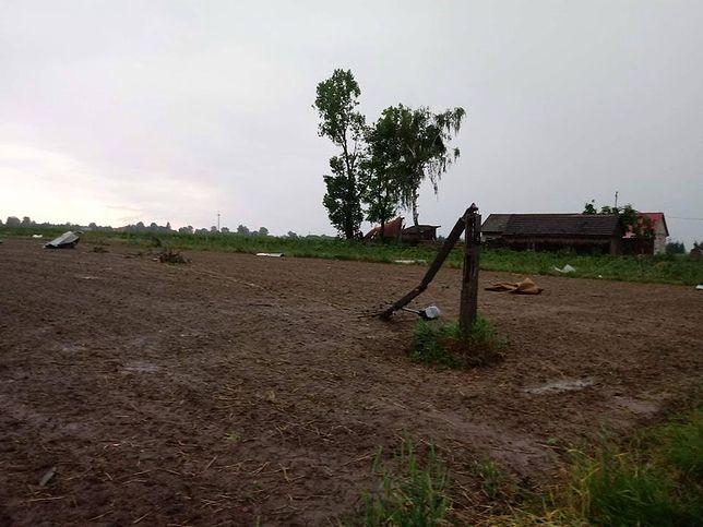 Zniszczenia po przejściu trąby powietrznej w miejscowości Podkońce w gminie Rzeczniów