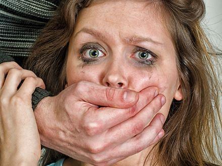 Wymiotuj i krzycz, że masz HIV. Jak bronić się przed atakiem gwałciciela?