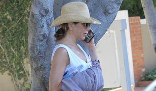 Jennifer Aniston przyłapana przez paparazzi. Uwagę zwraca telefon